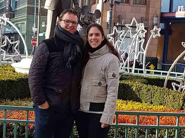 De reisspecialisten van Vriendenprijsreizen Thomas en Maartje de Ridder in Disneyland Parijs- Vriendenprijsreizen