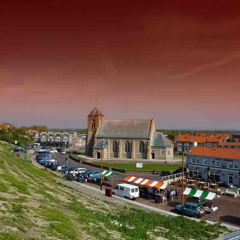 Kerk in zoutelande zeeland met een zomermarkt - geannuleerde reis doorverkopen doe je bij Vriendenprijsreizen