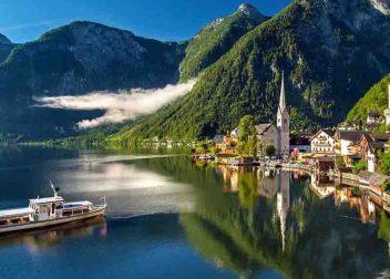 Boot komt aanvaren richting de oever van Hallstatt in Oostenrijk - Vriendenprijsreizen