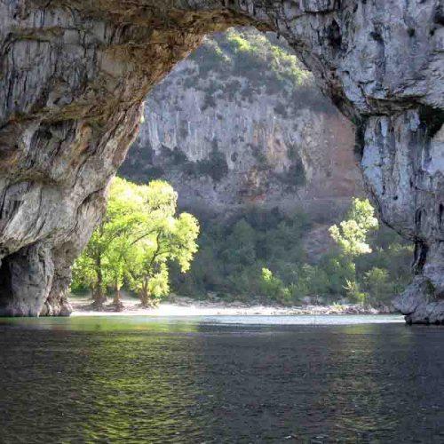 De Pont d'Arc in rivier de Ardèche vlakbij Vallon - vakantie verkopen bij Vriendenprijsreizen
