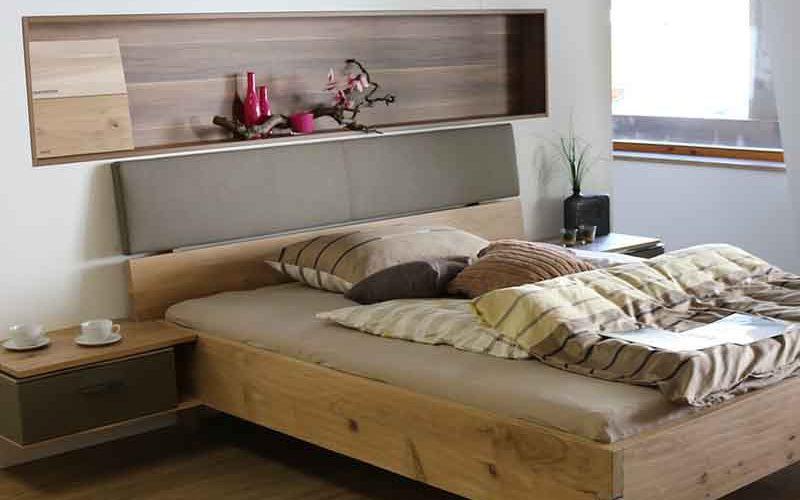 Een houtlook tweepersoonsbed op een hotelkamer - Vriendenprijsreizen