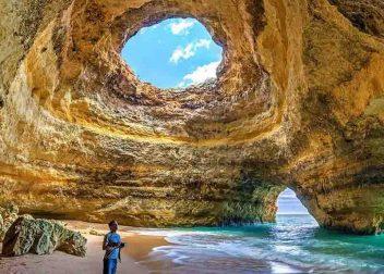 In een grot aan de zee in de Algarve in Portugal - vakantie bieden Vriendenprijsreizen
