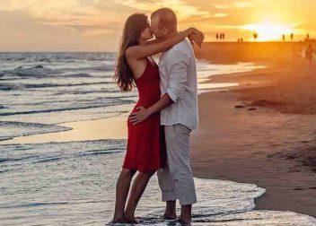 Jong koppel bij een ondergaande zon op het strand - Vriendenprijsreizen