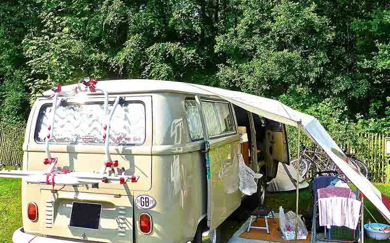 Oude volkwagen campertje op een camping - last minute vriendenprijsreizen