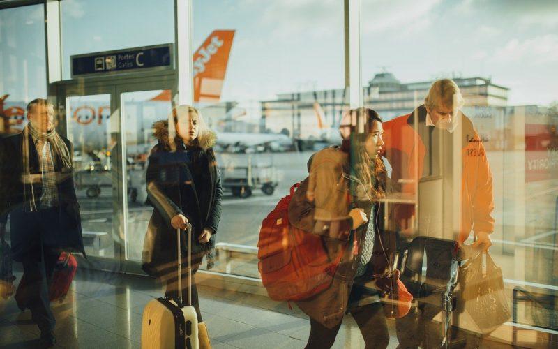 Passagiers lopen naar de therminal voor vertrek - Vriendenprijsreizen