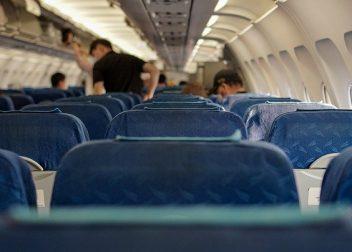 Passagiers zoeken hun zitplaats in de cabine klaar voor hun vliegreis