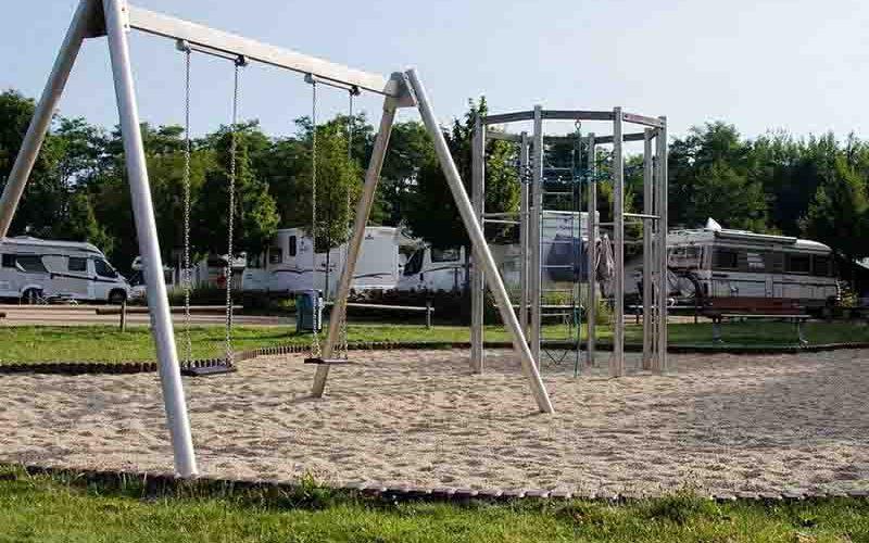Speeltuin met op de achtergrond campers - kamperen