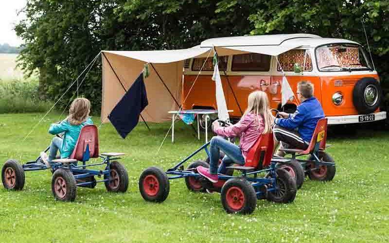 Spelen kinderen op de camping - kamperen