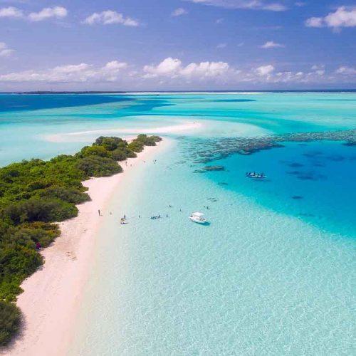 Strand op de Maldiven met een helder blauwe zee - vakantie verkopen bij Vriendenprijsreizen