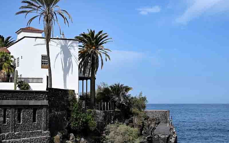 Vakantiehuis op een rots met rondom de oceaan - last minute vriendenprijsreizen