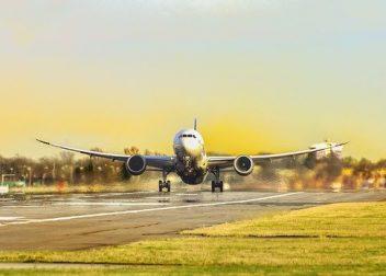 Vliegtuig gaat opstijgen voor een vliegreis - Vriendenprijsreizen