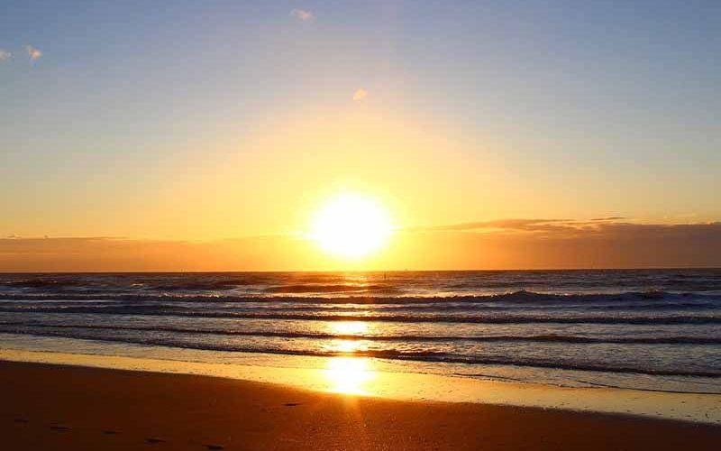 Zonsondergang op het strand in Cadzand Bad - nieuwsbrief van Vriendenprijsreizen